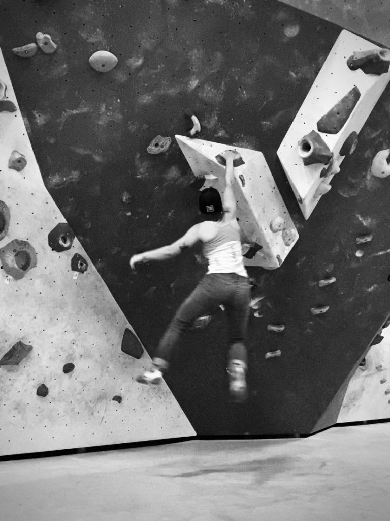 Dynamic one-arm hang